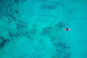 une personne sur un plan d'eau