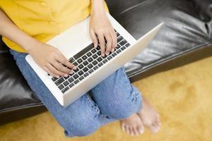 femme tapant sur ordinateur photo