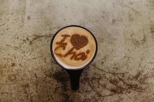 tasse de chai sur une surface en béton