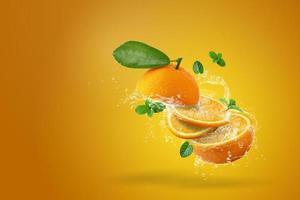 de l'eau éclaboussant d'orange fraîche tranchée photo