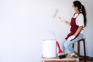Peintre mur de peinture avec rouleau à peinture photo
