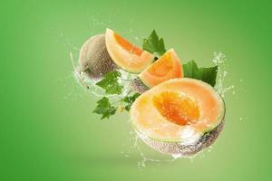éclaboussures d'eau sur les melons japonais photo