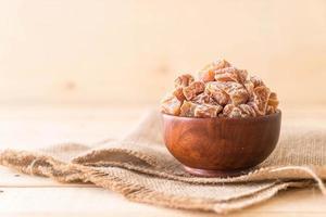prunes séchées dans un bol