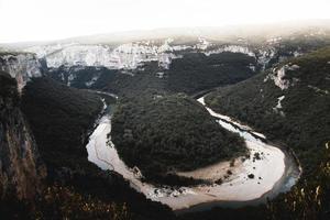 photographie grand angle de paysage de montagne