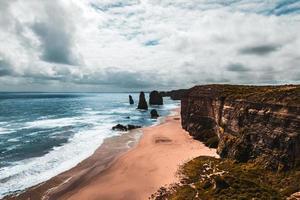 falaises à côté de l & # 39; eau photo
