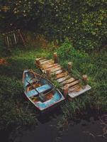 Canot bleu et marron à côté du quai