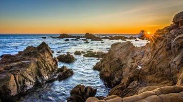 plage rocheuse au coucher du soleil