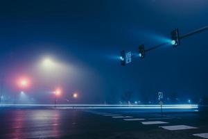feux de circulation sur route photo