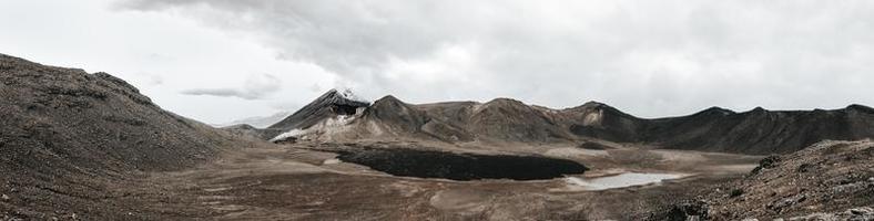 montagne brune sous un ciel nuageux