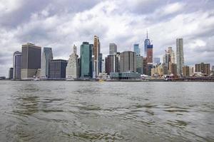 Toits de la ville de New York sous un ciel nuageux