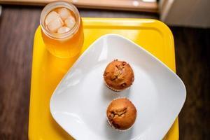 deux muffins sur plaque jaune photo