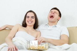 couple assis sur le canapé dans le salon à la maison photo