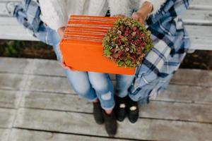 deux belles filles tenant des cadeaux photo