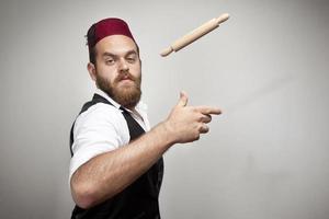 Homme au chapeau turc traditionnel et robe kabadayi photo