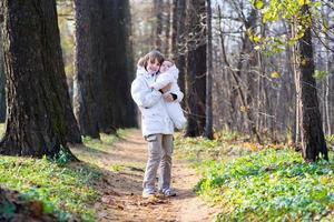 Frère tenant sa petite soeur dans le parc aux beaux jours photo