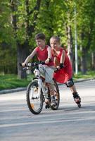 cycliste et patin à roues alignées photo