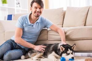 homme avec chien photo