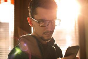 homme à l'aide de smartphone. photo