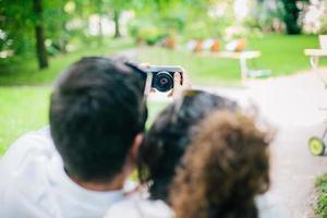 jeune beau couple prenant une photo
