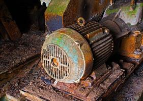 Vieux moteur électrique dans une usine abandonnée photo