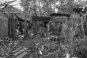 Maison en bois des bidonvilles du village éloigné photo