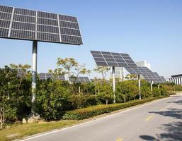 Le panneau solaire produit une énergie verte et respectueuse de l'environnement à partir du soleil. photo