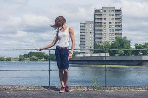 jeune femme, debout, par, marina, dans, zone urbaine photo