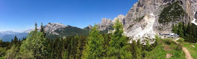 Hélicoptère de sauvetage en montagne dans les Alpes italiennes photo