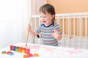 heureux 20 mois bébé garçon peinture photo