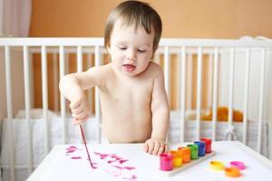 bébé avec des peintures photo