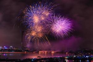feux d'artifice colorés du festival à la rivière