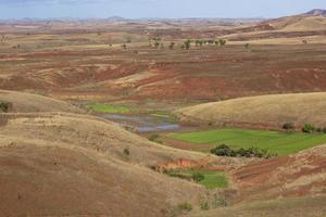 vallée verte, collines brunes - saison sèche de madagascar