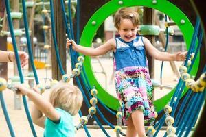 petites sœurs au terrain de jeux dans le parc photo