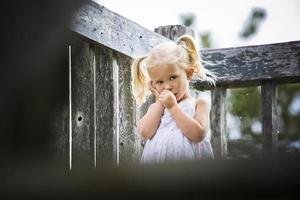 portrait d'une petite fille dans le parc photo