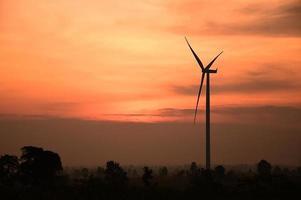 silhouette des éoliennes au coucher du soleil photo