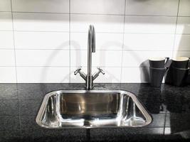 robinet d'eau intérieur avec tasses à thé photo