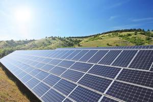 Panneaux de cellules solaires photovoltaïques sous un ciel ensoleillé photo