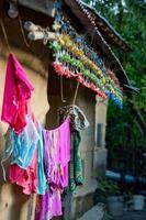 Façade de ferme colorée avec séchage des vêtements au Népal