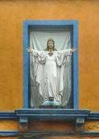 Christ scuplture sur la façade de la maison photo
