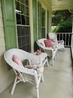 porche avec des meubles en osier blanc
