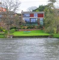 Maison des années 80 au bord de la rivière photo