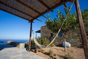 terrasse et gros plan d'une façade typique à folegandros. photo