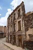 Façade de l'hôtel en ruine abandonnée