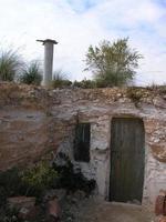 étrange maison souterraine, maison de hobbit, nain, maison, façade, Espagne photo