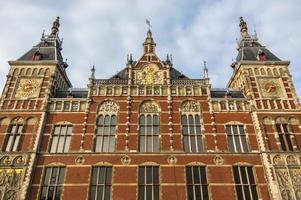 La façade de la grande gare centrale d'Amsterdam
