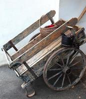 chariot vintage avec piments d'espelette-sare-france photo