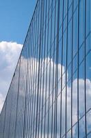 reflet du ciel et des nuages dans la façade en verre photo