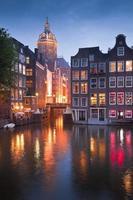 Vue sur le lac de l'église St Nicolas à Amsterdam photo