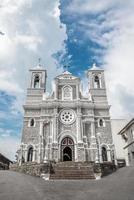 Église catholique avec des tours au Sri Lanka photo