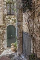 Porte d'entrée verte dans une maison en pierre de la méditerranée